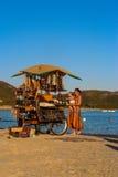 Seeansicht-Verkäufer auf dem Strand stockfoto