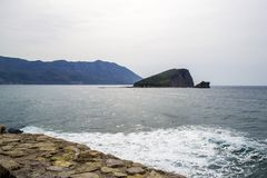 Seeansicht vom Berg ADRIATISCHES MEER Insel im Meer Es ` s ein bösen Tag montenegro Stockfotos