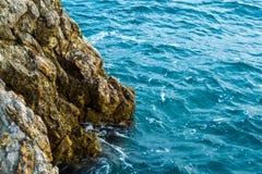 Seeansicht vom Berg Die Klippe steigt in das Meer ab adria Stockbilder