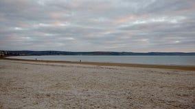 Seeansicht vom sandigen Strand Lizenzfreie Stockbilder