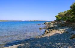 Seeansicht vom Strand mit sonnigem Himmel Lizenzfreies Stockfoto