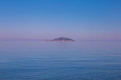 Seeansicht vom Strand mit sonnigem Himmel Lizenzfreies Stockbild