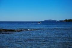Seeansicht vom Strand mit sonnigem Himmel Lizenzfreie Stockfotografie