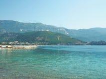Seeansicht von Budva, Montenegro Noch Meer am sonnigen Tag Lizenzfreie Stockbilder