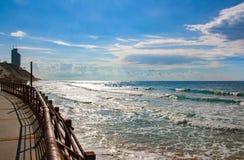 Seeansicht von der Promenade an einem windigen Tag lizenzfreies stockbild