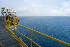 Seeansicht von Offshore heben oben Ölplattform lizenzfreies stockbild
