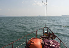 Seeansicht vor alter hölzerner Bootsbewegung der Reise in Richtung zu Stockbild