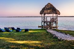 Seeaussicht während der Stunden des frühen Morgens unter klarem Aprikosenblau Lizenzfreie Stockfotos