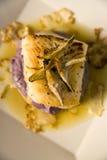 Seebarsch auf einem Bett des purpurroten Kartoffelpurees Stockbilder