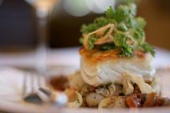 Seebarsch auf einem Bett von Ofen roas Lizenzfreie Stockfotos