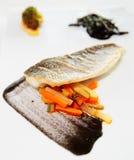 Seebarsch gekocht auf moderne Art Lizenzfreies Stockfoto