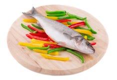 Seebarsch mit Gemüse Lizenzfreie Stockfotos