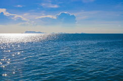 Seeblaue Farbe und blauer Himmel Stockfoto