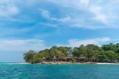 Seeblauer und perfekter Himmel mit Mun Nok Island, Thailand lizenzfreies stockfoto