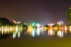 Seeblick Hoan Kiem nachts mit altem Tempel Ngoc-Sohns und der Huc-Brücke Stockbild