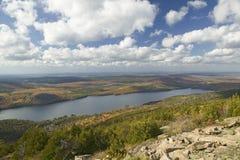 Seeblick im Herbst vom Acadia-Nationalpark, Maine Stockbilder