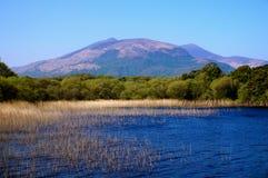 Seeblick mit Berg auf Hintergrund Stockfotos