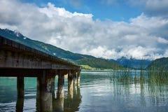 Seeblick nahe St. Wolfgang mit einem hölzernen Pier und Alpen m lizenzfreies stockbild