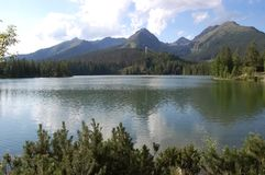 Seeblick Strbske Pleso und die Berge im Sommer I Lizenzfreie Stockbilder