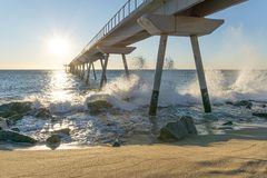 Seebrücke bei Sonnenaufgang mit Felsen lizenzfreies stockfoto