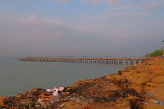 Seebrückenansicht Thalassery Kadalpalam u. die Abfallabsetzung in der Nähe stockfotografie