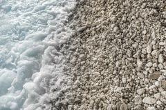 Seebrandung auf einem steinigen Strand Lizenzfreie Stockbilder