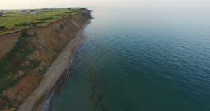 Seebrandung auf einem wilden Strand mit einer sandigen Steigung im Sommer stock footage