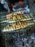 Seebrassen bereiteten sich auf Grill mit Zitrone und Rosmarin vor Lizenzfreie Stockfotos