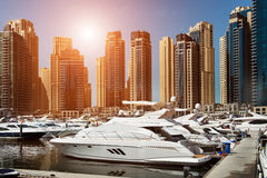 Seebucht mit Yachten bei Sonnenuntergang Lizenzfreie Stockbilder