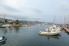 Seebucht mit Yachten und Booten am bewölkten Tag in San Remo, Italien, lizenzfreies stockbild