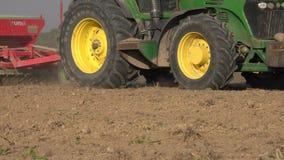 Seeder η μηχανή σπορέων εφαρμόζει τους σπόρους σιταριού δημητριακών στο χώμα τομέων r 4K απόθεμα βίντεο