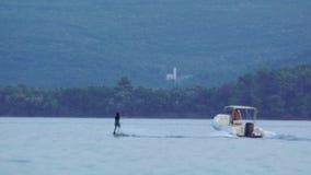 Seeextrem, ruhiger See, Dracheneinstieg im Meer Junge Leute haben extreme Tätigkeiten im Meer Extremer Sport stock video