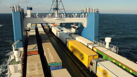 Seefähre, die Fracht transportiert stock video footage