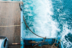 Seefarbänderung, als das Fährenschiff segelte Lizenzfreies Stockfoto