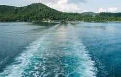 Seefarbänderung, als das Fährenschiff segelte Lizenzfreie Stockfotos