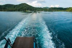 Seefarbänderung, als das Fährenschiff segelte Lizenzfreie Stockfotografie