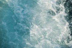 Seefarbänderung, als das Fährenschiff segelte Stockfoto