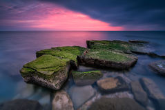 Seefelsen bei Sonnenuntergang lizenzfreie stockfotografie