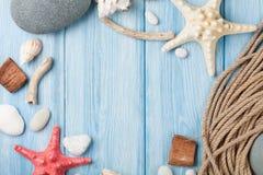 Seeferienhintergrund mit Sternfischen und -Schiffstau Lizenzfreies Stockfoto