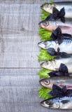 Seefisch auf einem hölzernen Brett Stockfotos