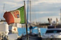 Seeflagge von Italien mit unscharfem Hintergrund lizenzfreies stockfoto