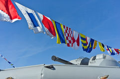 Seeflaggen gegen blauen Himmel stockbilder