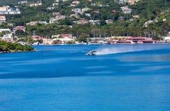 Seeflugzeug, das im blauen Wasser sich entfernt Lizenzfreie Stockfotos