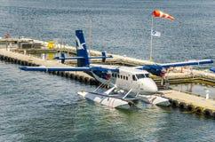 Seeflugzeug festgemacht zum Pier Lizenzfreies Stockfoto