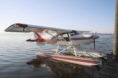 Seeflugzeug am Jachthafen Stockbild