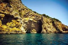 Seehöhle im adriatischen Meer, Montenegro Stockbild