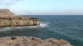 Seehöhlen und Mittelmeer stock footage