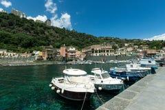 Seehafen, Boote und Häuser in Sizilien Stockfotografie