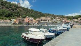 Seehafen, Boote und Häuser in Sizilien Lizenzfreie Stockfotos