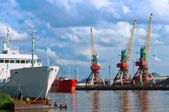 Seehafen, Hafen, Marinesoldat, Kran, ladender Anschluss, Laden, Logistik, Pier Stockfotos